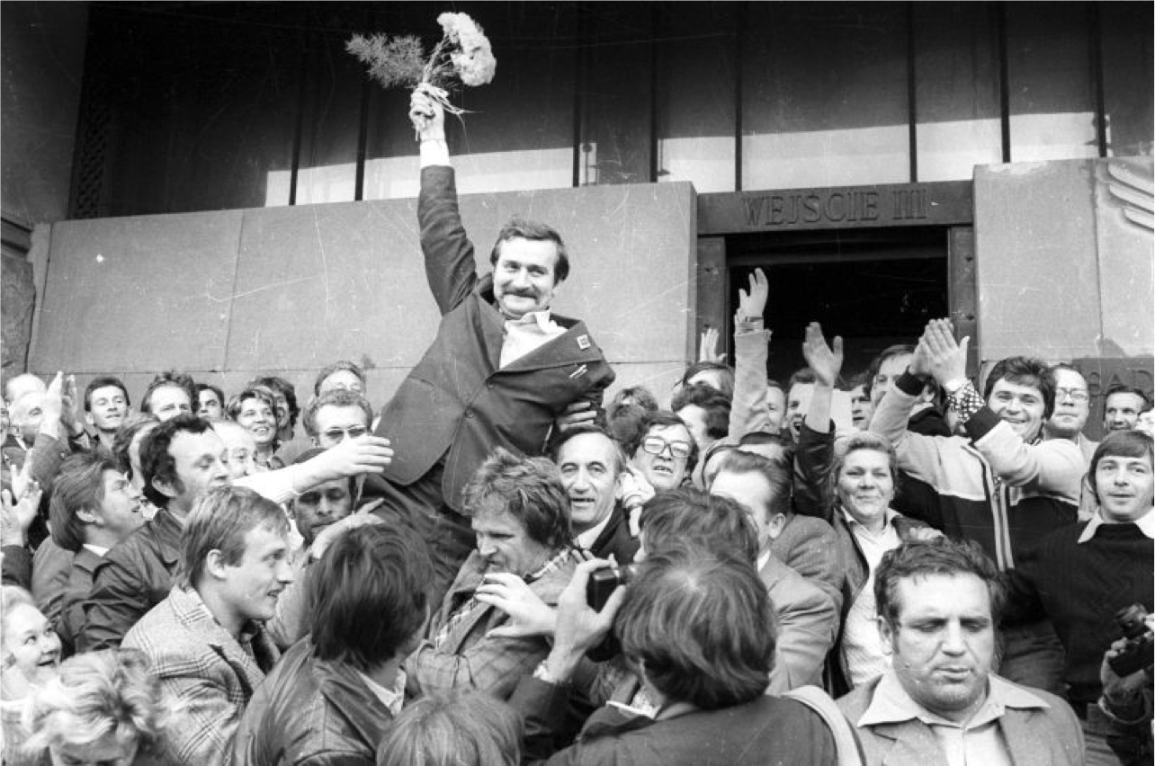 Walesa lifted up by a crowd